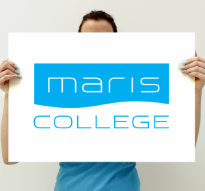 Next<span>Huisstijl / logo: Maris College</span><i>→</i>